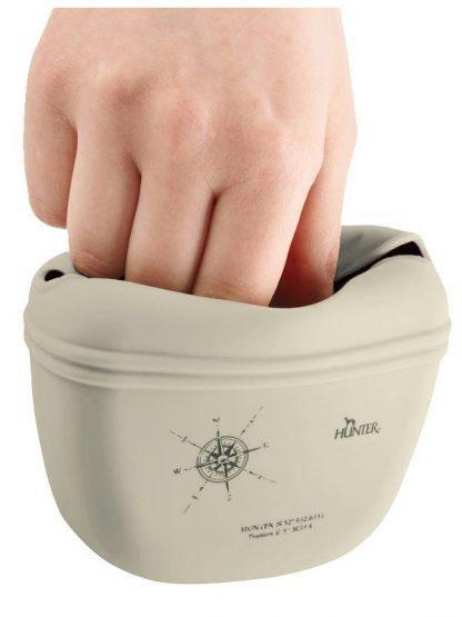 silikonska torbica za priboljške odpiranje na magnet roka bež