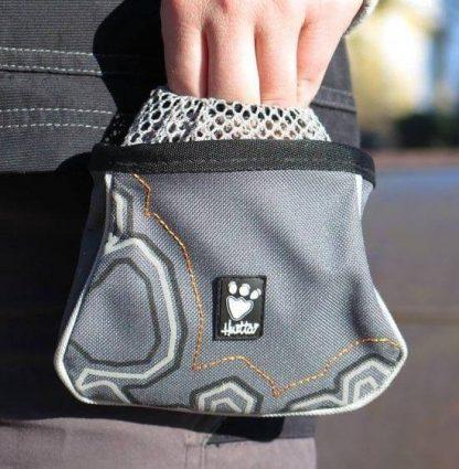 majhna torbica za priboljške hurtta trick pocket mrežica na pasu